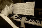 Zoli zongorázik